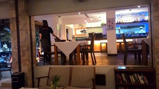 Maharani Beach Hotel: Cafe beside