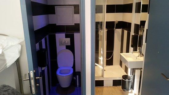 Badkamer en toilet - Picture of 3 Ducks Hostel, Paris - TripAdvisor