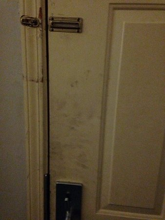 Daleville, AL: Missing deadbolt chain and dirty handprints