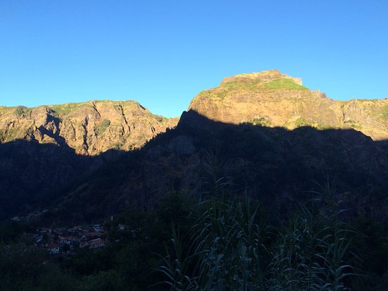 Valley of the Nuns: Aurinko vuorten huipulla