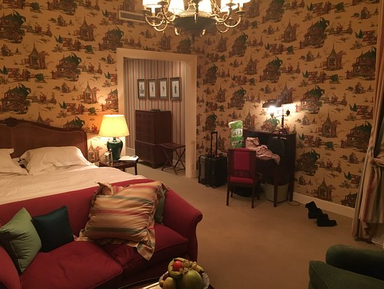 Hotel Albergo: Spacious rooms with fabric wallpaper...