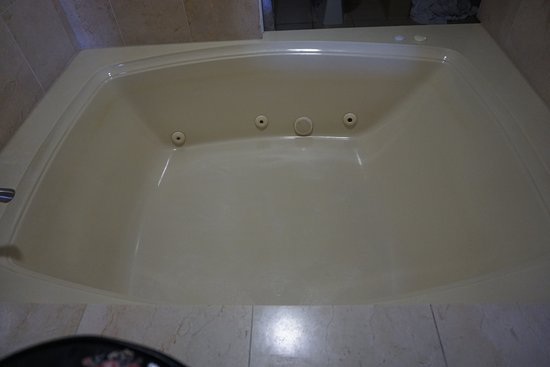 Hilton Garden Inn St. Augustine Beach: This was a surprise! Awesome jacuzzi in our room! :)