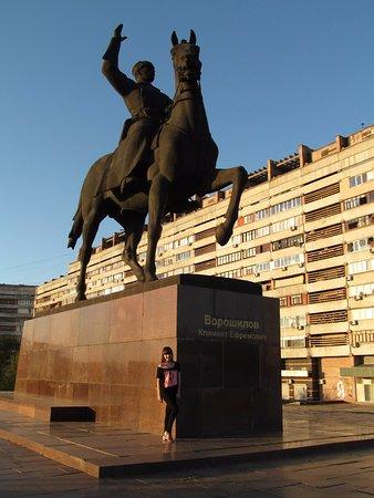 Luhansk, Ucrania: возле памятника Ворошилову