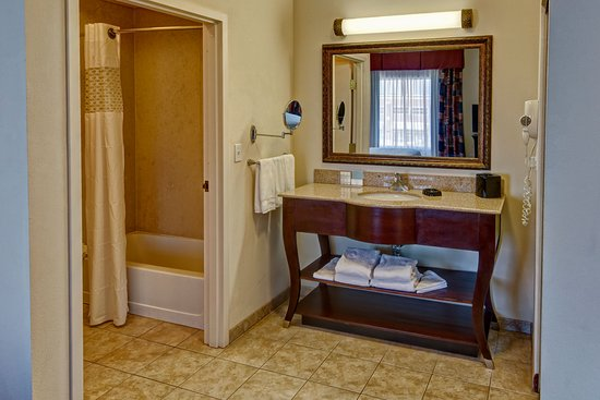 Hampton Inn & Suites Tulsa South-Bixby: Suite Bathroom