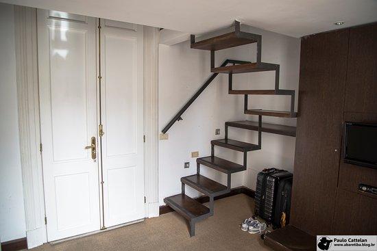 Hotel Plaza Fuerte: Escada de acesso a parte superior do quarto.