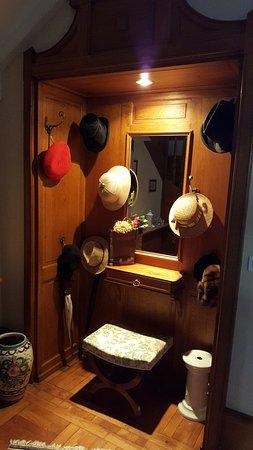 Le Jardin d'Inès: Hall caratteristica con cappelli del primo '900