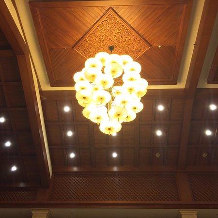 Ramada Plaza Xishuangbanna: 接待大堂的水晶燈組