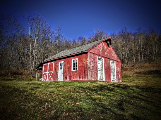 East Chatham, NY: An old barn next to the Inn at Silver Maple Farm
