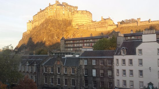 เอเพ็กซ์ อินเตอร์เนชั่นแนล: Edinburgh Castle as sunrise in November