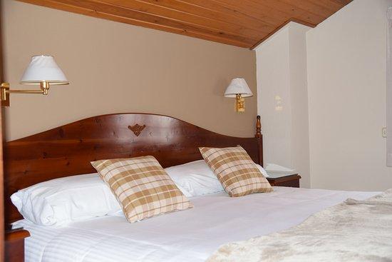 Hotel Roca: Habitación con cama de matrimonio