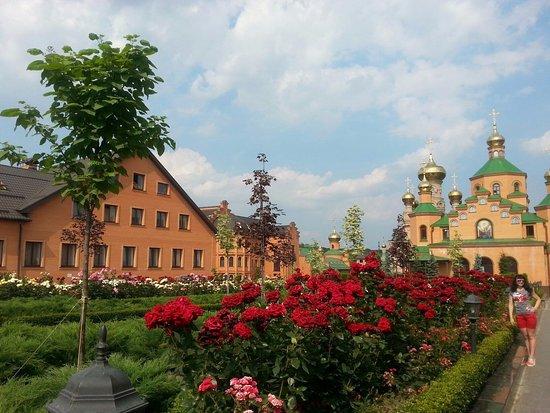 Holy Protection Monastery: Июнь - отличное время для посещения монастыря!