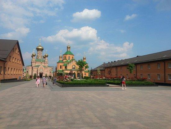 Holy Protection Monastery: Вид на монастырь со входа