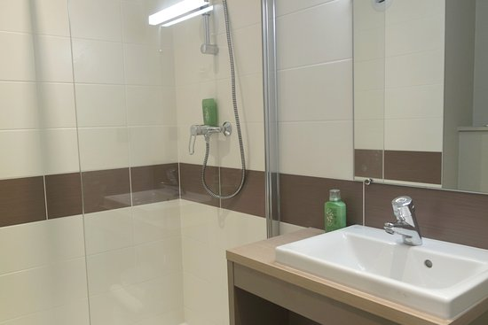Salle de bain - Grande Douche - Picture of Ara Hotel, Landerneau ...