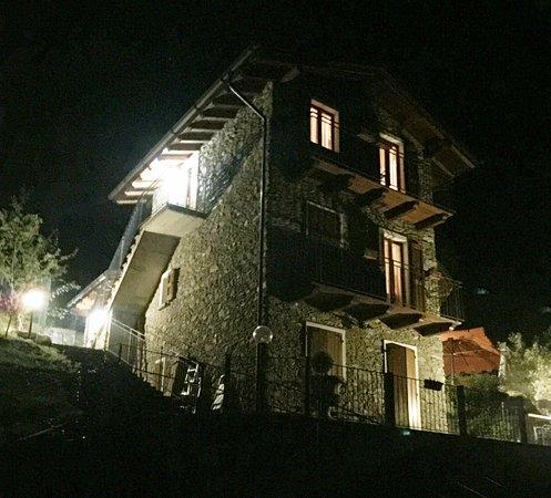Gravedona, Italy: la vista notturna della struttura