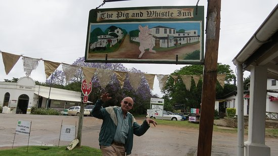 Bathurst, Sudáfrica: Fooling around under the Inn's sign board