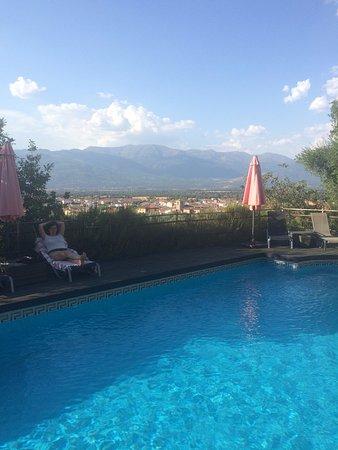 Buenaventura, Spain: En la piscina del hotel con Gredos al fondo