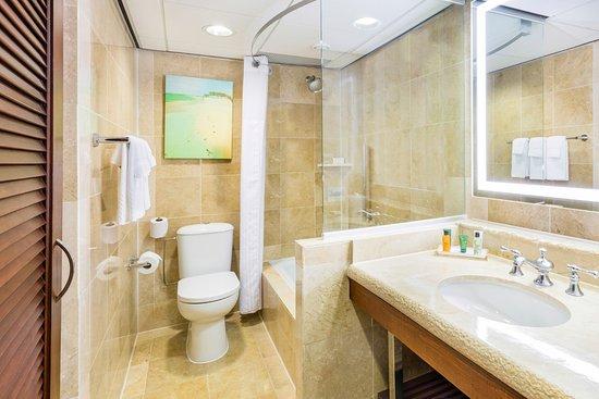 Hilton Aruba Caribbean Resort & Casino: Garden-View-Double-Beds-Bath