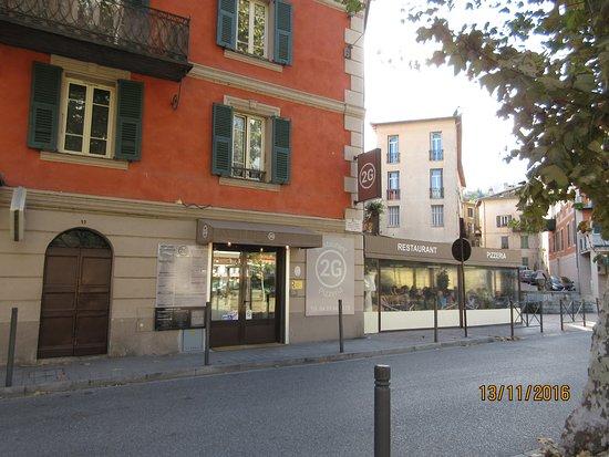 Sospel, France: Entrée du restaurant et terrasse fermée