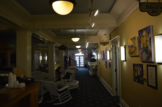 Murray Hotel: Another view of the lobby and side-line cafe pub.