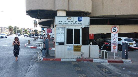 Dan Panorama Tel Aviv: החניון אינו של המלון נא לשים לב כי הם עוקצים בשעת חניה