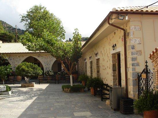 Lasithi Prefecture, Grekland: Монастырский дворик