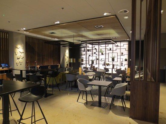 Rotterdam Marriott Hotel: De bar binnenin, beneden. Het uitstekende restaurant ligt op de eerste etage