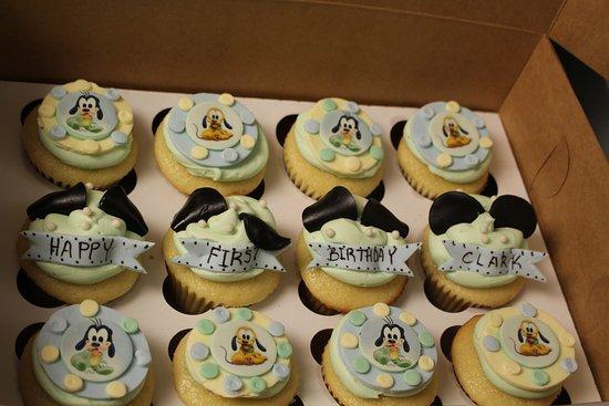 Saint Thomas, Canada: Cupcakes to match cake, vanilla
