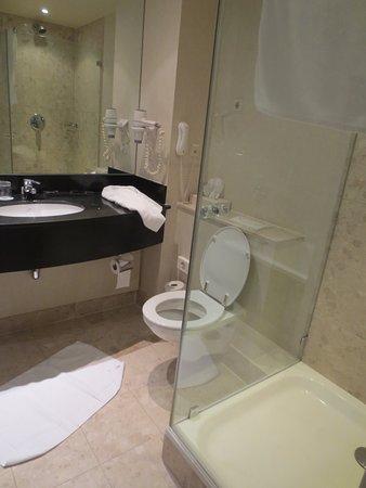 Heel nette badkamer met bad en douche - Picture of Rotterdam ...