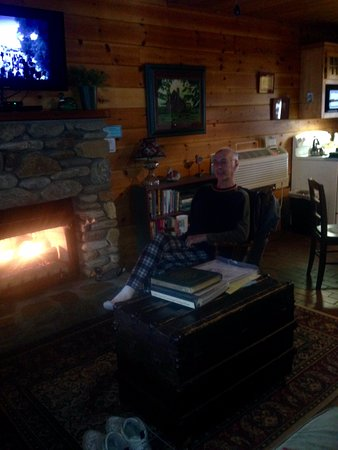 Mountain Springs Cabins: Rockin with morning coffee by fireplace