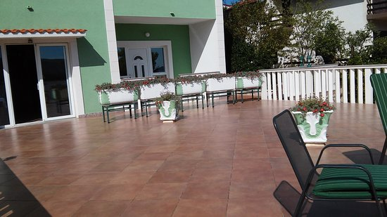 Marina, Croatia: Terrace. In the summer season are fully equipped with tables and chairs