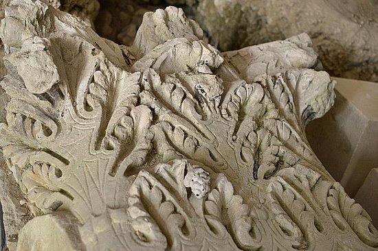 Villebois-Lavalette, France: Carving