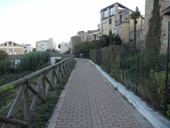 Penne, Italia: Walkway outside town wall