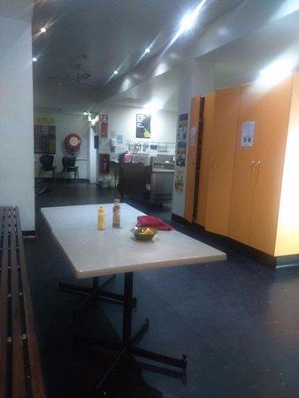 Base Brisbane Embassy: Refere-se à cozinha dos hostel. Achei espaçosa e adequada.