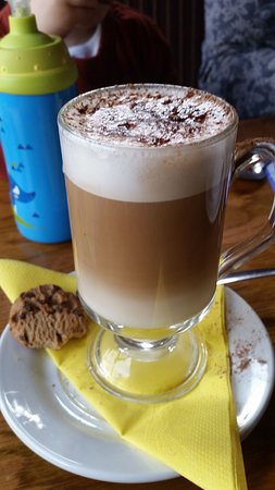 Lahinch, ไอร์แลนด์: Latte with chocolate chip cookie.