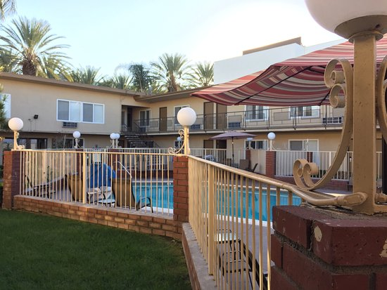 Americas Best Value Inn & Suites: View of the pool and surrounding rooms. Nice little setup!