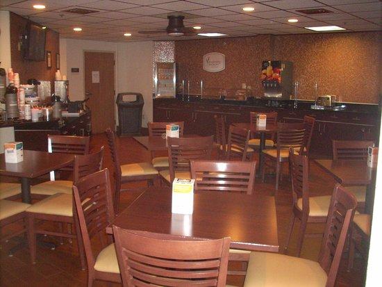 Sleep Inn Buffalo Airport: Plenty of places to sit/plenty of food choices