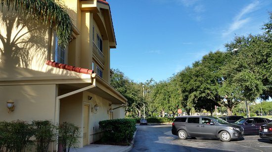 La Quinta Inn & Suites Orlando Convention Center: Area externa e estacionamento proprio GRATIS