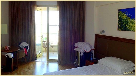 Golden Bay Beach Hotel: Zimmer mit Balkon, die weiter vorne gelegenen haben alle Meerblick
