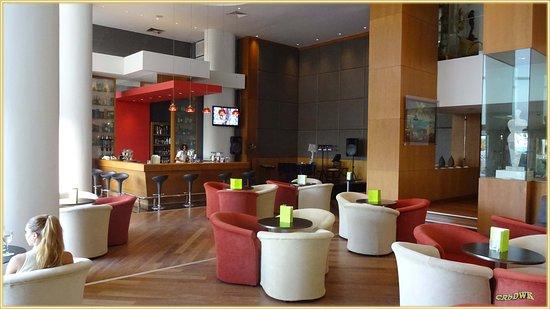 Golden Bay Beach Hotel: Die Hotelbar