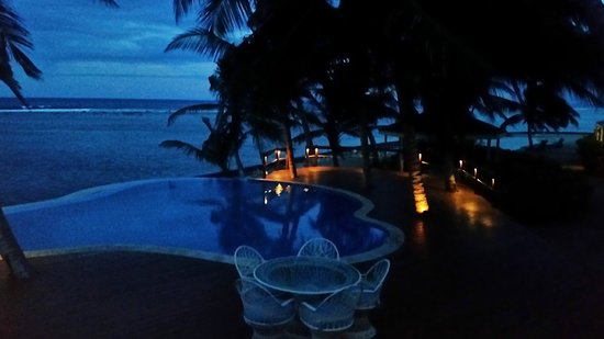 Turneffe Flats: Infinity pool in the evening