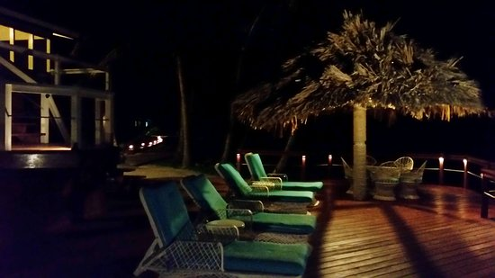 Turneffe Flats: Main deck at night - plenty of chairs and loungers at each room and around the ersort