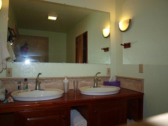Turneffe Flats: Double sink, cabin 8
