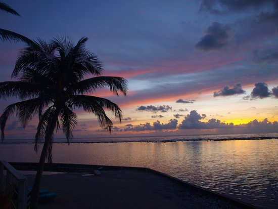 Turneffe Island, Belice: Sunset at the resort - looking over lagoon and fringe reef