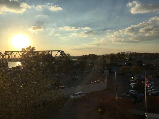 Jeffersonville, IN: Uitzicht vanaf de kamer op brug en Louisville
