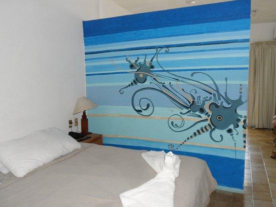 Emperador Vallarta Beachfront Hotel & Suites: One of 2 beds in room; cute wall mural