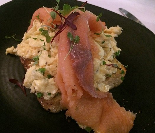 Guildford, Australien: Smoked salmon and scrambled eggs