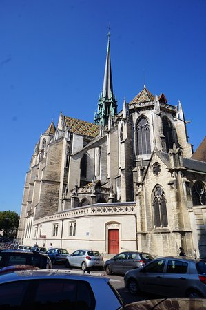 Cathédrale Saint-Bénigne (Dijon Cathedral): Stand Back for the view but Don't Get run Over