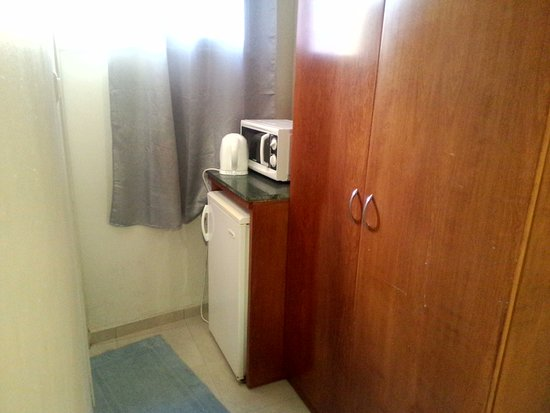 Motel Aviv : Кухня, сверху единственное окошко, слева дверь в душевую.