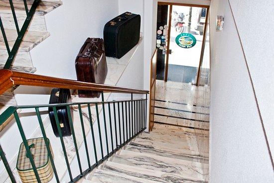 Hotel Playa Poniente: Escaleras de acceso al hote, recepción y habitaciones situados en la primera planta del edificio