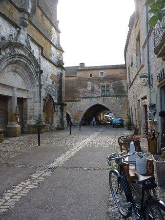 Monpazier, France : Acesso à Bastide pela rua da Igreja